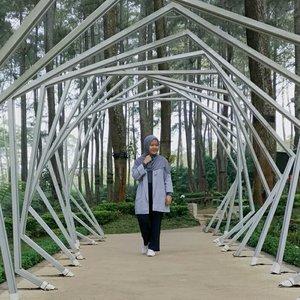 Permisiii, dian sastro versi hijab mau lewat. Titik. (tidak menerima protes dalam bentuk apapun)...#clozetteid #mantrianarani #blogger #ootd #bandung #lembang #orchidforest