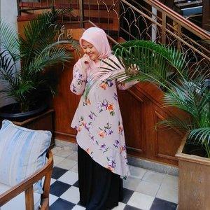 gaya malu-malu elegan ketika mengamati selembar seratus ribuan jatuh di bawah kursi tepat di depan mata📷 by @rahmicamcam..#clozetteid #ootd #hotd #outfitoftheday #hijaboftheday #blogger #mantrianarani