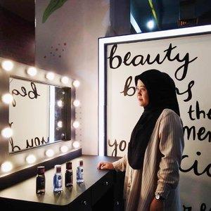 """Pada suatu hari...👩 : """"Cermin-cermin berlampu, siapakah wanita paling cantik di dunia ini?""""💡 : """"Wanita paling cantik di dunia ini adalah wanita yang selalu membersihkan wajahnya sebelum dan sesudah makeup menggunakan @nivea_id"""".Begitulah kira-kira dongeng era 2020. Tapi kalo kerennya produk Nivea itu nyata bukan dongeng..Btw, ada yang belum baca postingan blogku tentang Beauty Talk Nivea bareng Bubah Alfian plus serunya Nivea mencari para makeup expert beberapa waktu lalu? Kuy kepoin sekarang mumpung linknya masih ada di bio aku...*abaikan double chin#nivea #xpertsquad #niveaxpertsquad #cleansedbynivea #beautytalk #clozetteid #makeup #skincare #blogger #beauty #bandung #mantrianarani #vanitymirror #sunday #happysunday #weekend #happyweekend #holiday #happyholiday"""