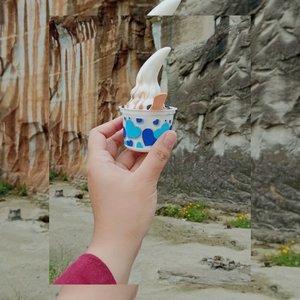 Tim Eskrim 🍦  Usia bukan halangan buat tetep suka makan eskrim, haha. Terus waktu kesini lebih mood fotoin eskrim dengan latar tebing yang cakep ini daripada selfie di spot foto. Btw, eskrimnya cepet banget cairnya, baru jalan tiga langkah udah meleleh aja, tapi chocochipsnya enak, wkwk.   #clozetteid #icecream #icecreamlover #tebingbreksi #jogja #jogjakarta #yogyakarta #kulinerjogja #wisatajogja #explorejogja #visitjogja #visitindonesia #travel #traveling #travelling #travelgram #travelphotography #food #foodgram #foodstagram #foodphotography #blogger #lifestyleblogger #mantrianarani
