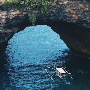 Take me back 💙💙 . . �Broken Beach, Nusa Penida . . #clozetteid #LYKEambassador #holidays #beach #explorebali #balibible #nusapenida #brokenbeach #beach #instagood #lovelife #blogger #pantai #baliholiday #baliadvisor #balibeach #balinesia #ggrep #ggrepstyle #infiatravel #thebaliguru #throwback