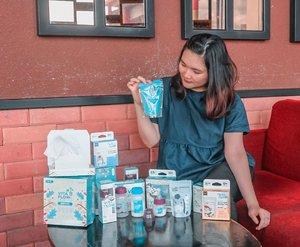 As a new mom, so pasti happy banget dikirimin produk-produk yang berguna banget dari @vitaflow.baby! .🍼 Milk Storage Bag Produk pertama yang aku dapat ada kantong asip, ada yang animal series (100 ml) dan gambar vitaflow (240 ml)Yang aku suka dari kantong asipnya Vitaflow, selain bahannya yang bagus dan tebal, kantong asip Vitaflow dilengkapi dengan double zipper yang pasti aman dan steril banget dan gak gampang tumpah/bocor! .🍼 Milk Storage BottleProduk kedua ada botol untuk simpan asip yang multifungsi, tersedia dengan ukuran 60 ml dan 120 ml. Kenapa multifungsi? Jadi selain untuk simpan asip, botolnya juga dilengkapi dengan teat, jadi bisa dijadiin dot bayi! Bahannya terbuat dari Polypropylene yang aman untuk disterilkan di suhu panas dan tentu juga bisa dipakai di freezer .🍼 Multipurpose Dry TissueLastly, aku dapat dry tissue yang serba guna dan ajaibnya bisa digunakan menjadi tissue basah (dituang air) dan tissue kering. Bahannya dari honeycomb, jadi tebal gak gampang robek! .Overall aku puas banget sama produk-produknya Vitaflow, karena berguna banget untuk para ibu ibu, apalagi aku yang gamau rempong! Thank you @vitaflow.baby! Recommended banget 👏.....#clozetteid #ootd #ootdindo #lookbook #lookbookindonesia #lifestyleblogger #fashion #blogger #fashionblogger #wiwt #potd #vscocam #eosm10 #lovelife #instagood #streetstyle #potd #eosmdiaries #beautyblogger #setterspace