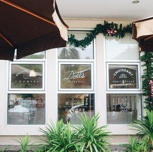 Dolls Bakeshop [Cafe]Jl. Buana Biru Besar Taman Permata Buana No.11, Jakarta Barat____Butter croissantnya enak dan super soft! Matcha ice nya juga enakk 🥐.....#clozetteid #coffeeshop #coffeeshopjakarta