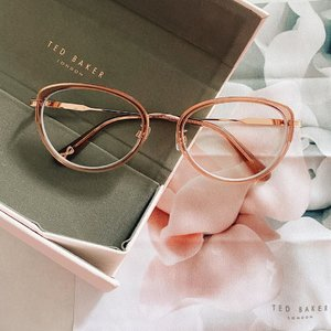 How i love this super cute pink glasses from @ted_baker! It really fits my face shape, love it 🌸 #tedbakerlondon #tedbakerglasses . . . . #clozetteid #lifestyleblogger #ootd #potd #flatlay