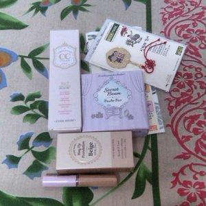 The lovely etude make up kit and souvenir from korea, gomawo mas ip :D sukaaa  #etude #southkorea #souvenir #Makeup #clozetteid #clozettegirl #motd