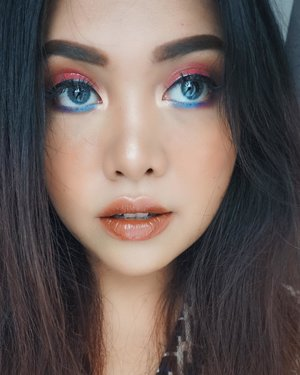 YAYY SUMMER IS HEREEE!! 🌤👙🍻 . It's time to chasing the sun and pull some vibrant makeup looks! I'm creating this #summerbrightvibes look using #lakme9to5 products! For the blue summer look i'm using Eyeconic Kajal Royal Blue in my under eye💙 . . #summerbrightvibes #lakme9to5 #stylingtrendsetters #instantglam #beautyblogger #clozetteid