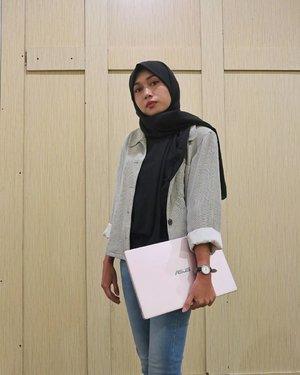 OOTD pakai @asusid.RAM 8 GB, processor Intel Core i5, baterai tahan 24 jam. Bonus: warnanya pink gemes banget!Mari cc-in sugar daddy. Kubutuh laptop ini buat jadi beauty blogger hitz nan femes.Difotoin @handikoo#ColorfulisMyLife#ASUSGatheringSMG@aca.marisa @emmet24son @riandanumu @carolinesida#clozetteid #OOTD #hijabers