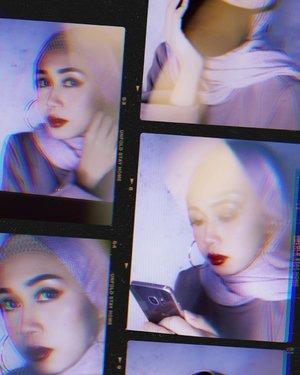 Ingin nyoba #virtualphotoshoot seperti @anaoctarina yang aesthetic sekali, tapi nggak ada yang motoin dan nggak ada yang dipoto. Jadilah virtual photoshoot diri sendiri a.k.a memotret foto yang ada di laptop wqwq.  Anw, pakai masker item berasa idol koryah ya 😏  #clozetteid #wearmask #beautiesquad #motd