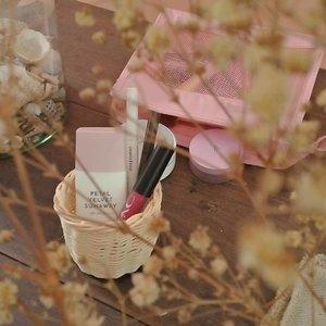 🐾 #WhatsInMyPouch 🐾1. My current fav @altheakorea Petal Velvet Sunaway, cuaca Semarang yang lebih sering mendung bukan berarti boleh skip sunscreen.2. #innisfree eyebrow, karena hati boleh kosong namun alis jangan.3. #PACxBeautiesquad lip cream untuk mewarnai hari yang kelabu.4. #laneige cushion yang dibeli lantaran saya ngefans sama ambassadornya yang dulu.5. #altheakorea petal velvet powder, yang saya bawa ke mana-mana karena ialah powder paling mini kemasannya dibanding powder lain di vanity saya..Ada yang isi pouchnya samaan?.#altheakorea #altheasunaway #petalvelvetsunaway #whatsinmypouch #sunawaygiveaway #featuredonalthea #clozetteid #beautiesquad