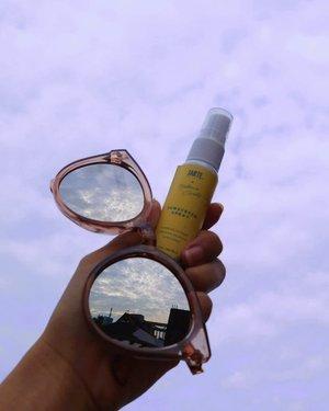 🌻🌼SUMMER ESSENTIALS!🌼🌻  Ada artikel baru di #JurnalSaya, ngobrolin soal summer yang serba sumuk dan sunscreen spray lokal pertama.  Blog collab bareng @beautiesquad karena memangnya mau sama siapa lagi 🤷♀️ . . . #ClozetteID #summercolors #sunscreen #skincare #beautiesquad