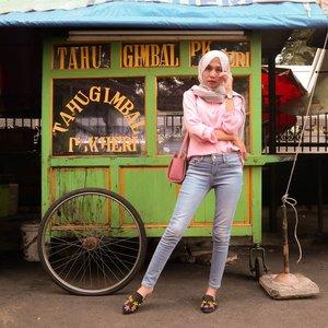 Nyontek influencer panutan @ayladimitri, pose di depan gerobak.⠀⠀⠀⠀⠀⠀⠀⠀⠀⠀⠀⠀⠀⠀⠀⠀⠀⠀Btw, ada yang tau apa itu Tahu Gimbal? Sini kalo belom tau!⠀⠀⠀⠀⠀⠀⠀⠀⠀⠀⠀⠀⠀⠀⠀⠀⠀⠀#clozetteid #ootd #ootdhijab
