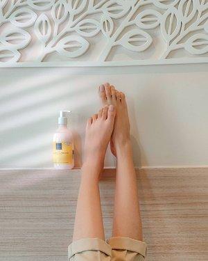 Ada artikel baru di blog jurnalsaya.com! Review body lotion @scarlett_whitening varian Freshy yang konon wanginya mirip Jo Malone English Pear. Beneran mirip nggak? Worth the hype nggak?Link di bio ya🌻🌻PS: swipe untuk lihat before-afternya.---#clozetteid #beautiesquad #bodycareroutine #JurnalSaya #BeautyThings #scarlettwhitening