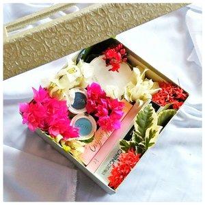 Iseng bikin bloom box. Sungguh kegiatan nggak berfaedah. Buang-buang waktu, buang-buang kembang, banyak-banyakin sampah.  Btw, itu box cantik dari @caringbybiokos_mt jaman kapan kemaren.  Hahaha ... #clozetteid  #clozetteco  #clozetter #beautiesquad  #bloombox