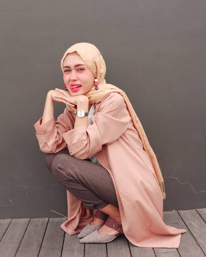 Susah ya, mau bikin foto kayak mbak-mbak Instagram yang effortlessly cakep..Difotoin @iam_mbombilah, memangnya siapa lagi..#ClozetteID #ootd #hijab #hijabootd #earthtones