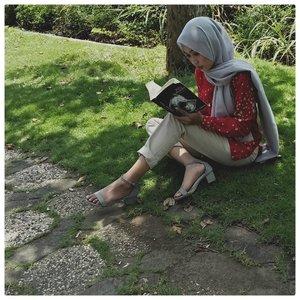 Fav thing to do while nunggu maghrib: re-read novel lama.Anyway, kenapa pas difoto selalu pas pakai celana warna krem? Semoga tak ada yang ngeh. 😌.Captured by : @iam_mbombi .#bookstagram #BookishTalks #clozetteid #instaread #fiftyshadesdarker