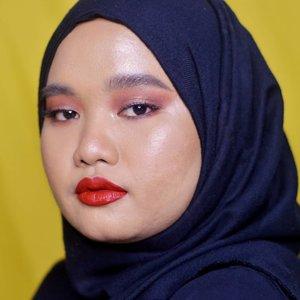 Another red lip look💋..Details:@beautyofsaira The Beauty Pass Around The World Palette@lavielash - Bluebell@esqacosmetics The Goddess Cheek Palette - Aphrodite@fentybeauty Stunna Lip Paint - Uncensored.#clozetteid #bunnyneedsmakeup #setterspace #magellanictivity #makeupbyutiazka #makeupcommunity #crueltyfreemakeup #fentybeauty #stunnalippaint