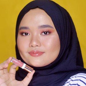 Siapa yang suka pake lip gloss??.Di blog gue ada postingan baruuu kali ini gue nge-review produk terbarunya @esqacosmetics bernama Esqa Lip Gloss dari seri Travel Edition mereka. Foto di atas merupakan shade Jakarta dan di sebelahnya shade London. Suka banget sama dua warna ini! Silakan baca full review-nya yaa bisa klik link di bio gue ❤..#magellanictivity #clozetteid #beautyreviews #kbbvbyacb #beautiesquad #bloggerperempuan #beautybloggerindonesia #SociollaBloggerNetwork #esqaswatchesbyutiazka