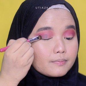 Mini tutorial Look ketiga menggunakan @beautyofsaira The Beauty Pass Around The World Palette!✈✈. Full review dan tutorialnya tap link di bio yah❤❤..Oh iya ada yg ketinggalan di tutorial wkwk. Di sini gue pake wing liner juga supaya matanya kelihatan lebih defined👁👁..Details:@nyxcosmetics_indonesia Eyeshadow Base - Skintone@beautyofsaira The Beauty Pass Around The World Palette@lavielash - Bluebell@makeoverid Eyeliner Pencil - Black Jack@esqacosmetics The Goddess Cheek Palette - Aphrodite@esqacosmetics Matte Lip Liquid - Berry Kiss.Music:@cluelesskit - How I Behave via @hellothematic ❤..#clozetteid #bunnyneedsmakeup #beautychannelid #setterspace #bloggerceria #thematiccreators #kbbvbyacb #magellanictivity #makeupbyutiazka #makeupcommunity #crueltyfreemakeup  #makeuptutorial