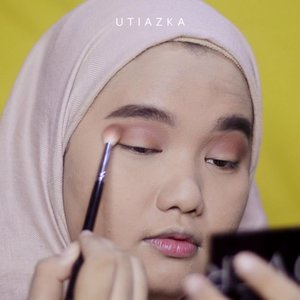 HAPPY NEW YEAR EVERYONE!! Semoga tahun 2019 ini kita semua bahagiaaa❤❤. Full Glam 2019 New Year Makeup Tutorial sudah up di youtube. Silakan nonton lengkapnya di channel gue yaa. Silakan klik link yang ada di bio❤..DETAILS:@roseallday.co The Realest Lightweight Foundation - Beige.@deciem The Ordinary Coverage Foundation - 2.1 Y.@innisfreeindonesia Mineral No Sebum Powder.@makeoverid Riche Glow Face Highlighter.@minuet.official Makeupl Palette.@sleekmakeup I-Divine Eyeshadow Palette - Vintage Romance.@makeoverid Trivia Eyeshadow - Emperor Brown.@artisanpro Voile TO1794.@kaiebeauty Lip Mousse No. 01.@fentybeauty #GlossBomb Universal Lip Luminizer shade #FentyGlow..Music: Roses by @skeetonthebeatVia @hellothematic .#clozetteid #bunnyneedsmakeup #SociollaBloggerNetwork #beautychannelid #setterspace #bloggerceria #kbbvbyacb #beautiesquad #beautyjournal #magellanictivity #makeupbyutiazka #makeupcommunity #crueltyfreemakeup #thematiccreators #makeuptutorial #RoséandSlay