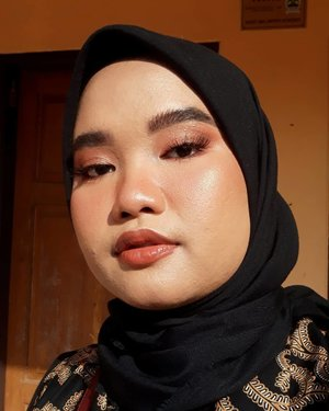 Udah lama nggak upload foto makeup yaudah gue upload mekap kondangan td aja yaak ehehe. Suka bgt sama look ini pdhl buru2 wkwk..Details:@rollover.reaction Cushion Compact Tinted Moisturizer - 103 Milk Tea@makeoverid Total Cover Liquid Concealer - 03 Medium@blpbeauty Face Powder - 02 Medium@anastasiabeverlyhills Dipbrow Pomade - Ebony@esqacosmetics Tinted Brow Mascara - Dark Brown@minuet.official Palette (full face btw hahah)@lavielash - BluebellBLP Lip Glaze - Spiced Masala.#Clozetteid #makeupbyutiazka #crueltyfreebeauty #makeupcommunity #makeupoftheday