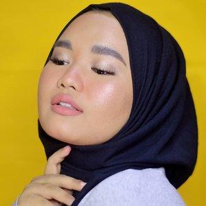 "Pose ""tenggorokan-mulai-kering-saat-puasa-tapi-harus-tetap-terlihat-gorjes""..#RamadhanBeauty ep. 2 is coming soon💕..#makeupbyutiazka #clozetteid"
