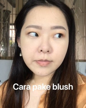 "[SAVED THIS] ✅ Cara pake blush on yang benar ✅ . Blush on : @esqacosmetics - Honolulh Brush : @masamishouko . Yang ini tipenya masi blush on normal ya sistur. Nanti kita bahas macem"" model blush yang lain ya! 😉 . Komen dibawah dong mau tips apa lagi? Hoho ☺️ . #tipsmakeup #blushon #carapakaiblush #blushing #tutorialmakeup #makeuptutorial #clozetteid #bandungbeautyblogger #motd #peachymakeup #makeupmonolid"