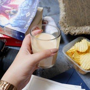 Sore-sore gini paling enak minum susu #BEARBRAND gold dingin varian Malt Putih.  Rasanya enak, gampang dicari dan bikin semangat lagi! • • • • • • • • • • • • #clozetteID #campaign #1kalengsaatsahur #food #flatlay #snacksore #bearbrand #malt #fuji #fujixa3