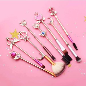 I can'ttt.. I really can'ttt... These #sailormoon #makeupbrushes are too cute not to repost! 😍 #Repost @everythinguneed_id ・・・ Sailormoon wand makeup brush set . #blossomshinerepost #makeuphoarders #makeupcollector #makeupinspo #makeupinspiration #makeupbrushset #makeupjunkie #flatlay #clozetteid #bloggerperempuan #kbbvmember #indonesia #beautiesquad #beautybloggerindonesia #IndonesianBeautyBlogger #pinkwednesday #repostday