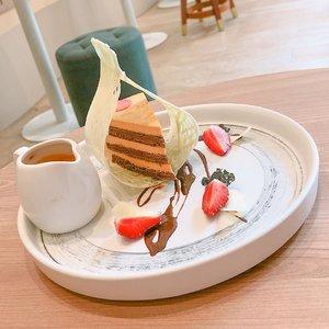 Sedikit membahas makanan enak hari ini. 2 minggu lalu sempet cobain Thai Tea Cake nya @kopipono . Menariknya, rasanya bener-bener unik(dalam artian enak). . Layernya gak semuanya kue, ada tekstur yang mirip pudding + vla nya juga rasa thai tea. Enggak kemanisan sama sekali & rasanya pas. Harganya juga dibawah 30.000 seporsi ini(bisa dimakan berdua juga loh!). Boleh dicoba kalo ke @kopipono 👍👍 . . #cafe #clozetteid
