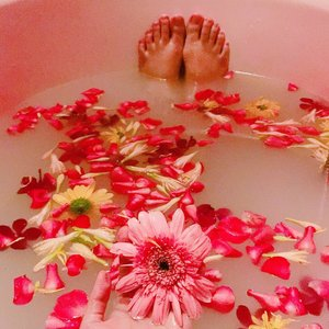 Anyone ever done Aura Bath before?? I tried my first one last weekend at @ostasalonandspa 💆🏻🌸🌺. So if you guys don't know about Aura Bath, it's basically a bath time session with combination of milk and coconut milk in warm water with the essence of 9 flowers and combination of multicoloured flowers from variations of roses, orchids, daisies and Tuberose. The benefit of Aura Bath itself, to promote positive energy on your body using the flower power. 🌺🌸🌼🌷🌹🌻💐 . . . . #clozetteid #favful #dayspa #spaday #relaxing #pamperingmyself #aurabath #floralmilkbath #flowerpower #positive #positiveenergy #girlfriends #femaleonly #ostasalonandspa #spakualalumpur @ostasalonandspa @favful