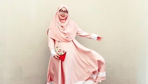 #EidOutfit // Day 1Scarf: ICP Quick by @pulchragalleryAbaya: Zhafira Plain by @sunriselabelClutch Bag: @jualanbunda#tapfordetails #fashionmodesty #hijabootd #hijabootdindo #ootd #ootdindo #lookbook #lookbookindonesia  #chestcoveringhijab #modestmuhaajaba #hijabinspiration #ClozetteID