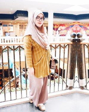 Earth tone never fails to make me look brighter 😀•••Scarf: @pulchragalleryTop: @uniqlo #uniqloxhanatajimaPants: Thamrin CityShoes: @happyhoppyid•••#tapfordetails #fashionmodesty #hijabfashion #hijabootdindo #ootd #ootdindo #lookbookindonesia #lookbook #chestcoveringhijab #hijabinspiration #outfitideas #ClozetteID