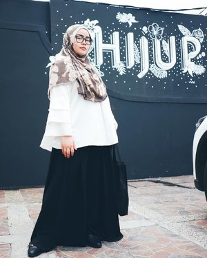 Simple outfit for today 🖤Scarf by Dian Pelangi & Palazo by Mannequina are available at @hijup.And maybe you'll find them too or another hijab fashion items at #HijupWarehouseStore.•••#tapfordetails #fashionmodesty #hijabfashion #hijabootdindo #ootd #ootdindo #lookbookindonesia #lookbook #chestcoveringhijab #hijabinspiration #outfitideas #MyHijup #ClozetteID