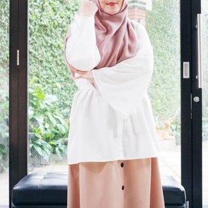Touch of white and mocca 🌼🍂 Top: Emma Top by @kivitz_ . . . #tapfordetails #fashionmodesty #hijabfashion #hijabootdindo #ootd #ootdindo #lookbookindonesia #lookbook #chestcoveringhijab #hijabinspiration #outfitideas #ClozetteID