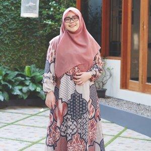 Karena sesungguhnya pakaian terbaik adalah senyum ikhlasmu untuk sesama.•••#EidOutfit - Day 1Scarf : @vanillahijab Dress : @kamimaofficial•••#EidMubarak #tapfordetails #hijabootdindo #ootd #ootdindo #lookbookindonesia #lookbook #chestcoveringhijab #outfitideas #ClozetteID