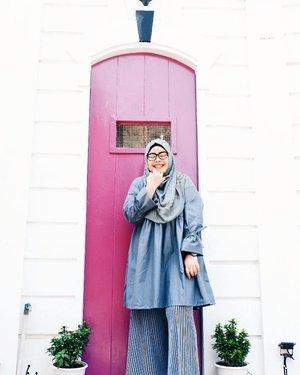 Jadi pengen deh di rumah punya tembok sisi putih bersih terus ada pintu warna kontras begini.. instagramable kan? 😁 #demifeedHQQ ••• #tapfordetails #fashionmodesty #hijabfashion #hijabootdindo #ootd #ootdindo #lookbookindonesia #lookbook #chestcoveringhijab #hijabinspiration #outfitideas #ClozetteID  #explorejogja #jogjatrip #indahrptrip #IndahRPinJogja #GoFUJIFILM #Fujifilm #fujifilm_id #FujiXA3 #XA3 #xa3_id #XC1650mm #terfujilah