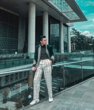 Just trying out something new today with Urban Retro layer fashion styling. Yes, this is a bit more of a formal/dandy Retro style and how I style it. What do you think?•Lagi ingin mencoba outfit layer styling yang agak sedikit extra guys. Dan hari ini, stylingnya lebih kayak kearah layering the outer begitu ceritanya. Layering outer kalian kayak begini, itu in my personal opinion, bisa bikin look kalian lebih kearah yang agak sedikit rapi dan lebih elevated formal style juga. Agree? Anyway, tap for details ya 👍🏻😁. • • • • • #layeringclothing #retrofashion #dandystyle #mensfashions #menswearinspired #clozetteid