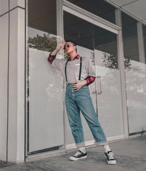 "My fave pose, good angle, loving my Retro style, but can you guess the name of my favorite sunglasses that I'm wearing? // I know it's a blurry picture, and you can call me as a ""blurryface"". Plus, jawline in this picture were amazing....I think 🙄😂❤️. // Have a good day, and tell me your fave kind of glasses to go:). . . . . . . . #blurryisart #ootdindokece #ijulwardrobe #ootdlooks #asianmenstyle #asianguys #retrocasual #urbanretro #wiwtmen #whatwhenwear #iamwearing #stylegrams #stylehunters #ootdmenindo #lookbookindo #dandystyle #ootdsingapore #clozetteid #theshonet"