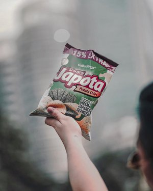 #throwback to my fave chips of all chilly times:). //Who's a big fan of potato chips? And what's your favorite flavor of it? Anyway, happy Sunday guys 💕 📸. @dionelvn .......#potatochips #dietmulaibesok #foodjkt #foodyfetish #foodilysm #asianfoodie #jktfoodlover #jktfoodbangers #foodbangers #foodbangid #allaboutfood #foodismylife #jktfoodblogger #asianmenstyle #asianguys #handsinframe #clozetteid #theshonet