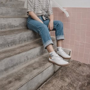How to rock a white socks? Well, rock it with the white shoes🔥, because white is the best choice for your look. – Details are matters 📸. @williamhardjo . . . . . . #simplefits #styletofollow #theshonet #clozetteid #lookbookindonesia #styleootd #ootdmenindo #hushpuppiesid #indofashionpeople #summerbeautyhouse