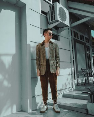 Throwback style sekitar 5 bulan yang lalu pake tartan blazer. Tips and tricks untuk pake blazer ini? Yuk, simak yuk 👇🏻👇🏻👇🏻 • Buat kalian yang suka pake blazer: mau yang motif polos atau bermotif kayak Tartan begini, pokoknya bisa banget deh jadi makin stylish. Here's the tips:  –– 1. Kalian bisa match blazer kalian sama celana berbahan coldoray/straight regular high waist jeans. Dengan bawahan ini, look kalian bisa lebih vintage and Retro Street Casual gitu. ••• 2. Kalau kalian pengen lebih santai, kalian bisa match dengan leather shorts atau Bermuda shorts juga bisa. ••• 3. Di look kali ini, accessorise itu super duper optional guys. Jadi, kalau kalian gak mau pake pun, it's okay. Because, blazer kalian itu udah bisa jadi compliment keseluruhan look kalian. –– Super easy and simple guys. Agree? • Anyway, selamat mencoba and tag me in your blazer looks. Can't wait to see your amazing style 💕. • • • • #blazerstyle #mensblogger #menswears #mensstyle14 #clozetteid #ootdmagazine