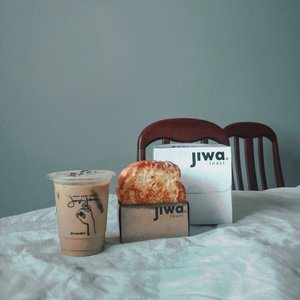 YOU DESERVE A GREAT SUPPER AFTER A VERY LONG AND EXHAUSTING DAY 🥪 ☕️ • Jujur, ini baru pertama kali nyobain @jiwatoast yang rasa ham and cheese. Super yummy 😋––What's your favorite?••••#eatlikethis #jiwatoast #janjijiwa #worldwidebloggerstyle #foodlifestyle #eatdiaries #foodofinsta #foodielifestyle #asianguys #foodposts #foodhunters #selfquarantine #eateateateat #eatwellbewell #foodmatters #clozetteid #theshonet