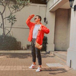 Happy Friday-still in the mood for this retro street look with my new bumbag from @celestinopanzeri 💕. Bum bag begini biasanya bisa banget untuk dikombinasikan dengan berbagai macam look dengan warna monochrome atau vibrant colors:). But anyway, cinta banget sama foto throwback ini makanya gak aku buang;). – #ijulwardrobe #celestinopanzeri #ootdindokece #ootdindomen #styledootd
