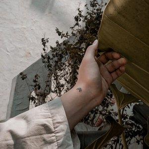 "Apa yang kalian pikir dari sebuah tattoo? ""Sifat anak nakal"", ""berandalan"", atau apa? Tapi, terkadang memiliki sebuah tattoo bagi beberapa orang itu adalah sebuah hobby lho, unik kan?–Kalau soal tattoo, aku lebih memilih tattoo yang kecil, minimalist, dan yang paling penting ialah berarti dan memiliki sebuah arti/makna. Pasti, kalau kalian liat tattoo sekarang ini, ada yang bertanya, ""tattoo apaan nih?"", ""kok bentuknya kayak panah panah begini?"", dan sebagainya. Buat yang gak tau, tattoo ini namanya adalah viking symbol, yang berarti ""create your own reality"". Lalu, kalau kalian menjabarkan arti dari ""create your own reality"" itu kedalam kehidupan sehari hari, the meaning will be very deep isn't it? –Anyway, thanks to @blingstudio.id @leonamakeuparts for inviting me to try their new service: Semi Permanent Tattoo. Ini tattoonya bisa hilang dalam 1-3 tahun (dan bisa hilang juga kurang dari setahun kalau kalian sering mandj scrub), hehehe ini in case kalo kalian takut dengan service tattoo ini. –📸. @devirosetea .....#tattoos #minimalisttattoo #art #blingstudio #beautystudio #semipermanenttattoo #handsinframe #handsinframeindonesia #styling #explorejkt #whpstyle #theshonet #clozetteid"