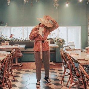"RETRO + GARDEN 💐 — So, You know that I've been into Retro look all this time, but how about this combination? Do I look like a farmer or gardener hahahaahah? Anyway,if you were asking about, ""where is this place"", this is at the second floor of @santhai.id . How cool is it? Plus, I wanted to ask, what's your favorite fashion style? Is it casual? Chic and composed? Streestyle? Bohemian? Maximalism? Minimalism? Or what? Please share your thoughts ya 💕- #ijulwardrobe — Also, I'm wearing my newest cute little rocket graphic t-shirt by @heyteeapparel 📸. @caroline.kosasi  #ootdindokece #ootdindonesiaa #ootdindomen #cowokjakarta #santhai #retrostyles #fashionbloggerindonesia"