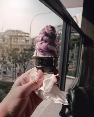 Summer days aren't over for me. What I wanted to do is just doing my work and a bit of relaxing and chilling moment 🍦 –And have you got your ice cream today? Because, summer will totally make you sweat a lot. You know what, luckily I bought this new ice cream flavor: Taro from @mcdonaldsid to refresh my mind. Have you tried? If you haven't, then you should try 🍦........#icecreammood #icecream #taroicecream #jktfoodbangers #jktfooddestinations #ijuleatsdiary #makanbarengjulian #fooddiaries #foodstagrammer #asianmenstyle #bloggerindonesia #featured #hotsummerdays #jktgoodfood #jktgoodguide #menfoodblog #foodiestyle #clozetteid #theshonet