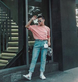 SUMMER VIBES 2020, HERE I COME. WEARING CORAL PRINK FOR A START 💕•Pertanyaan hari ini: kalau kalian biasanya suka pakai kaos oversized dimasukin kedalem atau dikeluarin? For me, I prefer to tuck them in, soalnya lebih keliatan urban stylenya. –– And oversized tshirt is amazing for your daily wear. • • • • #menswearinspired #mensfashionadvice #mensfashiontrends #menweardaily #outfitblog #outfitdiary #menstylegoals #mensfashionteam #mensoutfitstyle #retrourban #urbanstylegents #outfitposts #simplydapper #dandystyle #menaboutfashion #menstylepage #ootdmenstyle #gentwith_