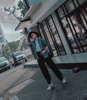 Strolling throwbacks for Sunday ✅. How's your weekend so far, before meeting with all those deadlines? 😅💪🏻 –— Always been waiting for christmas, totally can't wait it 🎄💕❤️ • • • • #ijulwardrobe #fashionbloggerindonesia #fashionmenstyle #wiwtmens #whatwhenwear #styleandsociety #mensoutfitstyle #menswearguide #menfashionmix #mensfashionposting #style4men #throwbackfashion #gentsfashion #dandystyle #retrodandy #urbanfitters #elegancemen