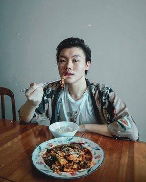 Pencinta Mala garis besar dan buat para food lovers, yuk yuk merapat 👋🏻. Ada kabar gembira dan menarik buat kalian 👇🏻👇🏻👇🏻👇🏻👇🏻•Gila banget sih ini Guys, buat kalian yang dari kemarin tuh kan pengen banget ya buat makan Mala Xiang Guo gitu kayak aku, dan pengennya tuh yang praktis. Nah, pastinya dongg ya kan kalian harus cobain Mala Xiang Guonya dari @laolaohuoguo .––Dijamin rasa dari sayuran dan toppingnya itu superr nagih bangett gak boong. Terus guys, dia itu halal dan bisa di campur dengan topping apapun itu (mau nasi ataupun mie).•Yuk, dicoba Guys 👋🏻••••#laolaohuoguo #foodreviews #mensblog #mensblogger #jktfoodbangers