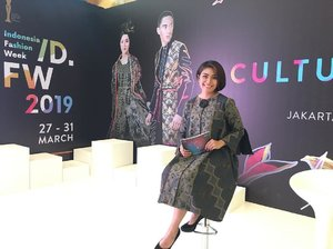 I'll be here at Trunk Show Indonesia Fashion Week 2019 day 1. See you around.  Make up by @wardahbeauty  Dress by @yasokhybyflo  @indonesiafashionweekofficial  #mc #host #presenter #mcindonesia #mcindonesiafashionweek #indonesiafashionweek2019 #clozetteid